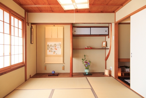 京町家をモダンに改装した、一棟貸し切りの宿です。