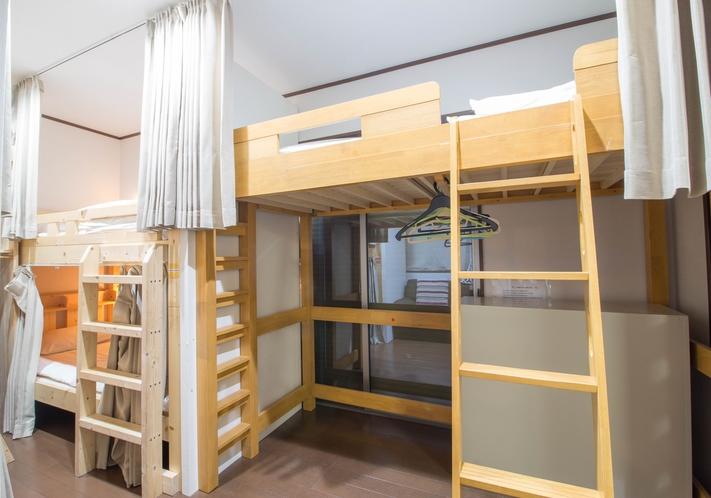 各ベッドには、ベッドには読書灯、充電用コンセント、プライバシー用カーテンを完備。