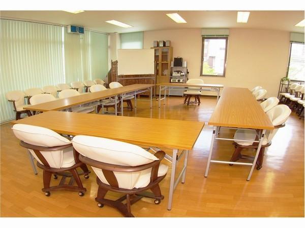 【会議室】≪ロの字型配置例≫各種の会議、説明会場などにご利用いただけます。