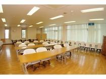 【会議室】≪スクール形式配置例≫各種の会議、説明会場などにご利用いただけます。