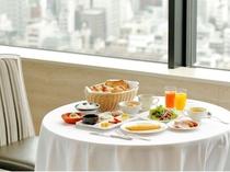 お目覚め後はビュフェスタイルの朝食をどうぞ。