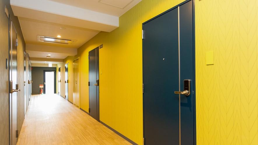 【館内】各お部屋には個別の玄関がありアパートの1室のような作りになっています。