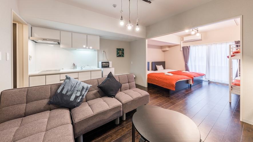 ファミリースイートG シングルベッド2台・ロフトベッド1台・ソファベッド完備のお部屋です