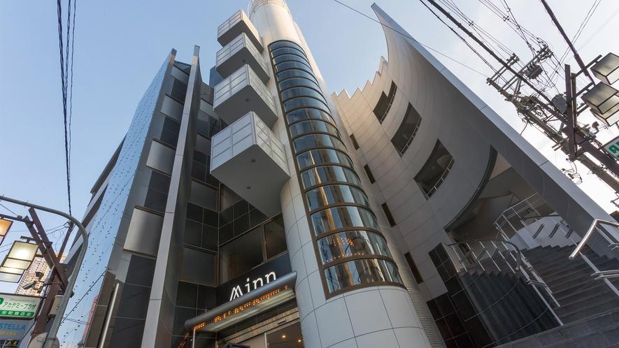 【外観】ちょっと変わった建物が目印。すぐ横にはコンビニもあって便利。
