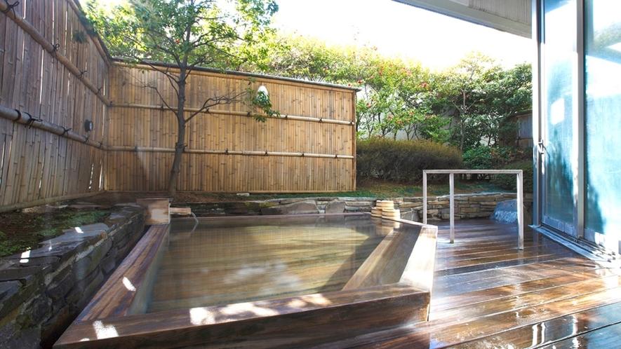 明るい日差しが差し込む露天風呂