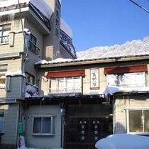 当館から「関温泉スキー場」までは徒歩1分!