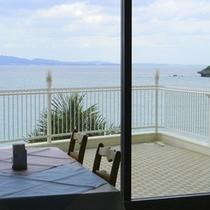 本館1Fレストラン「バベット」窓の外に広がる青い海を眺めながらの食事をお楽しみ下さい。
