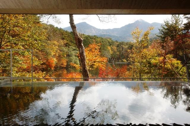 露天風呂から望む紅葉絶景