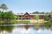 弥六沼対岸から望むホテル