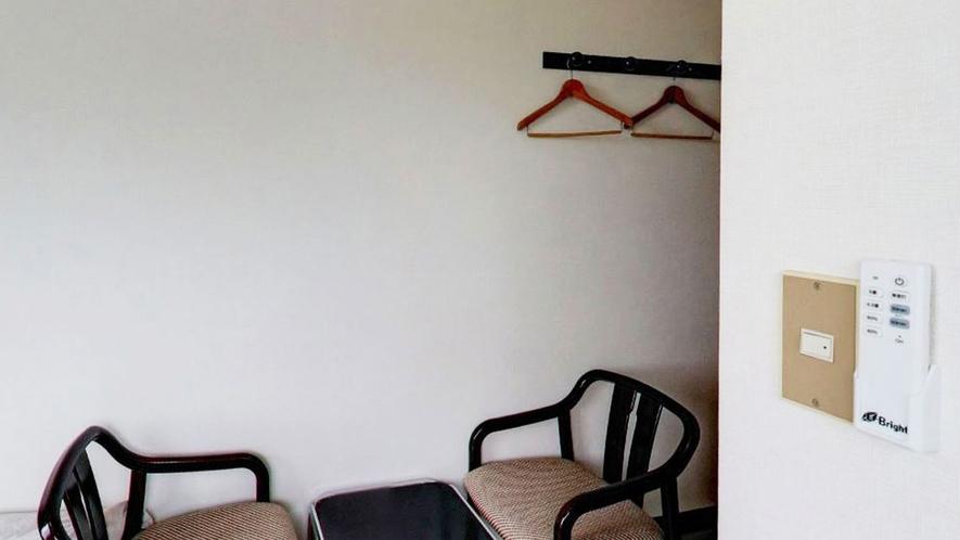 *【客室一例】ベッドのほかに仕事に便利な机と椅子を用意しております