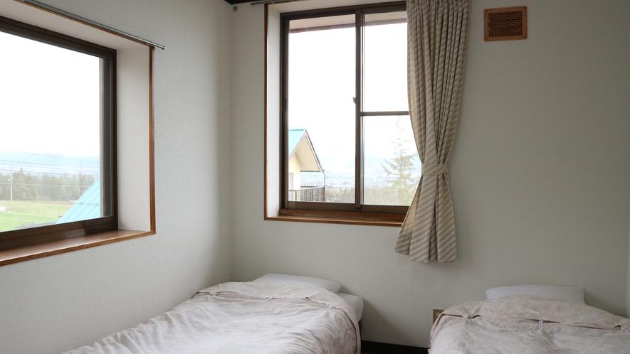 *【客室一例】ツインルーム。大きな窓で解放感のあるお部屋です。