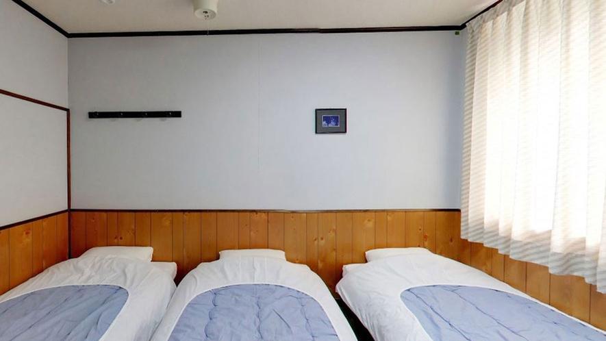 *【客室一例】ベッドは仲良く3台並べております