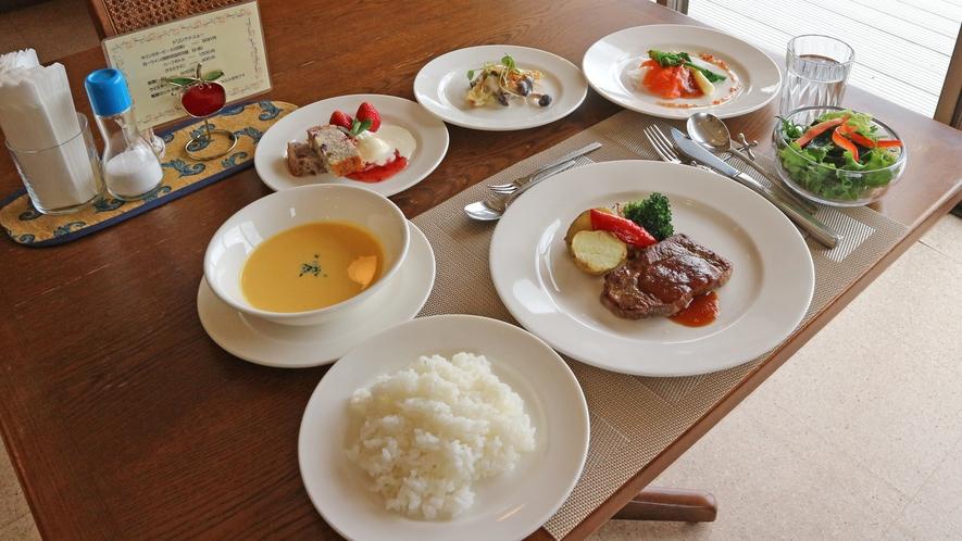 *【夕食一例】夕食は家庭風洋食ディナーをご用意。信州産の食材にこだわっております