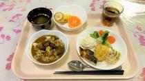 朝食:盛りつけ例(カレー・おかず)