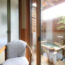 ◆露天風呂付客室のお風呂。こぢんまりとした造りとなっています ※一例