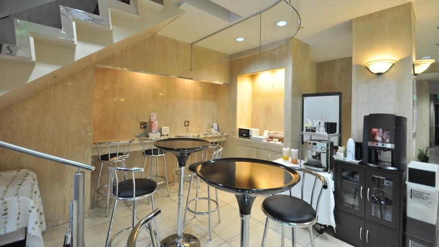 【館内】ロビー前のお食事スペース。レンジやコーヒーなどご準備しています。