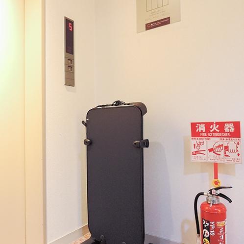 【館内】各階にズボンプレッサーを置いています。