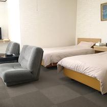 *【洋室ツイン】日差しが明るい、絨毯敷きタイプの洋室です。(ツインの部屋種は選べません)