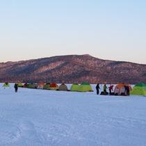 *【周辺】冬には目の前の阿寒湖でワカサギ釣りが楽しめます。