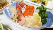 *【夕食一例】釧路などで揚がった新鮮な魚介類をお造りで!