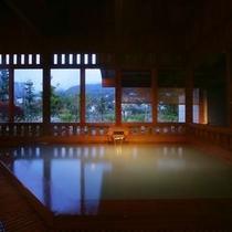 離れ湯 百八歩内風呂・天井の梁から浴室の床まで、全てが木造り(秋)