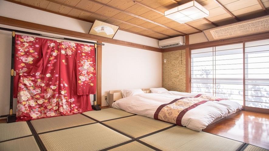 着物で装飾された伝統的な和室