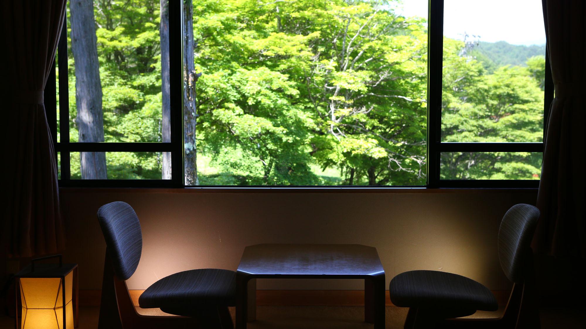 【新館■和室10〜12.5畳】窓からは緑の木々が