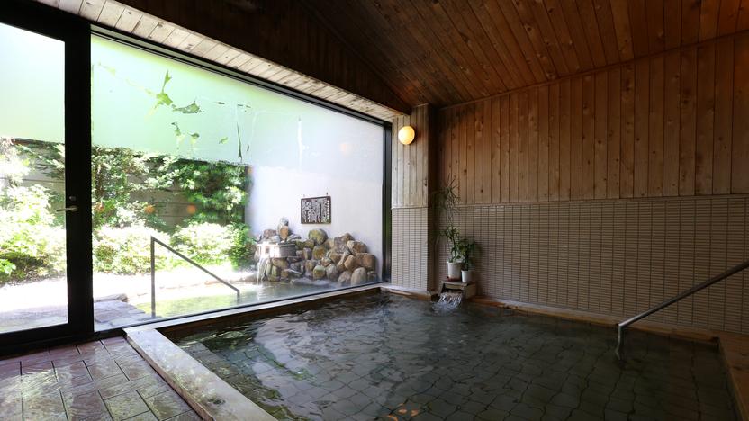 【男湯■内風呂】広い窓から自然の光を感じながら。