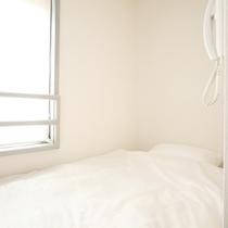 シングルルーム。ホテルでは寝るだけ、という方に必要十分な設備をご提供しています。