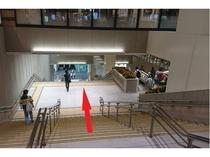 アクセス② 右側にエスカレーター、左側に階段があります。そのまま下に降ります。