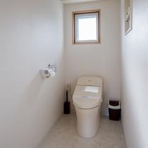 *[洗浄機能付トイレ]お部屋の中心にございます