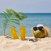 白くサラサラな砂浜とコバルトブルーの海が織りなすコントラストは、沖縄の思い出を一段と彩ります。