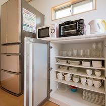 *[キッチン]冷蔵庫・トースター・電子レンジ・湯沸しポット、食器一式も完備