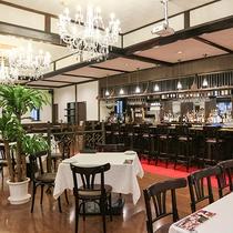 *【レストラン】シャンデリアとシックな雰囲気が料理を惹きたてます。