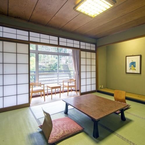客室の広縁には椅子、テーブルがあり、ゆったりとした間取りでございます。