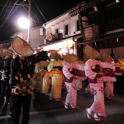 毎年9月に開催される伝統の祭り「おわら風の盆」は当館から約15分