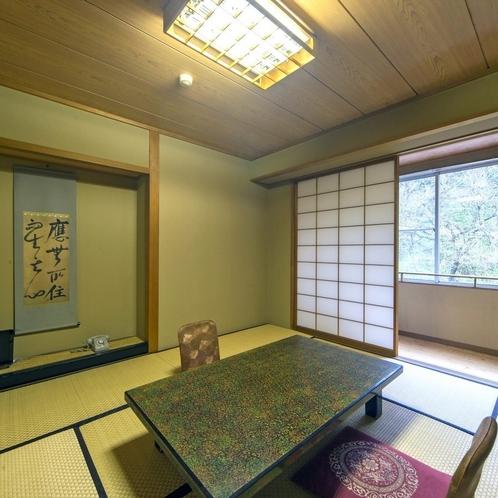 昔ながらの和室でございますが、清潔に整え皆様に快適にご利用頂けますようご用意しております。