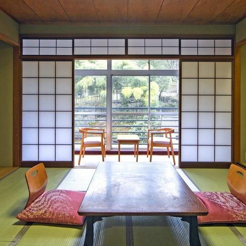 窓からは四季折々の景色を眺められ、のんびりと非日常のお時間をお楽しみ頂くことができます。