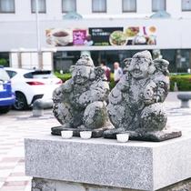 ホテルの前には恵比寿様が!ここでは漁業の神として、海の安全と大漁を見守ってくださいます。