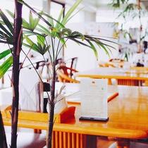 明るく開放的なレストラン。コーヒーだけのご利用も大歓迎です。