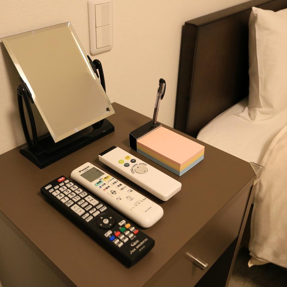 サイドテーブルにはリモコン類、ミラー、アラーム兼クロックを完備。