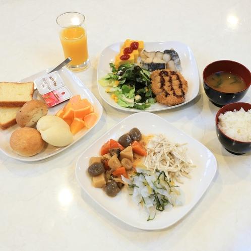 朝食盛り付け一例:和洋バイキング形式ですのでお腹いっぱい食べて今日も一日元気にいってらっしゃいませ。