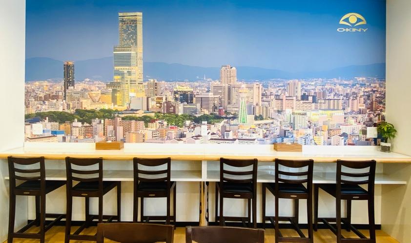 共有ルームには、壁一面、大阪の街並みを背景に描いています。