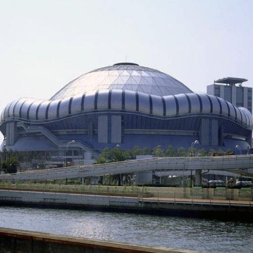 京セラドーム。日本の大阪府大阪市西区にある多目的ドーム球場兼複合レジャー施設。