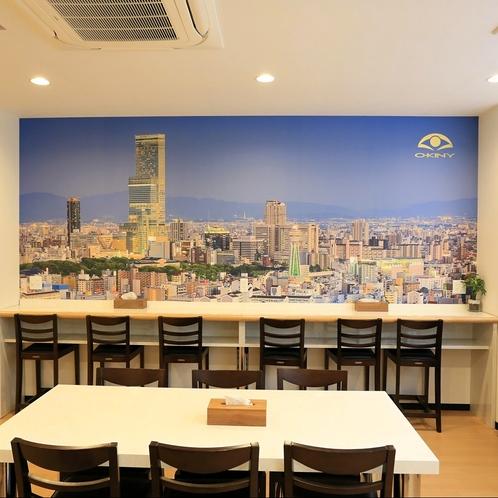朝食会場:あべのハルカスや大阪の街並みを描いた壁面画が印象的。ごゆっくり朝食をお召し上がりください。