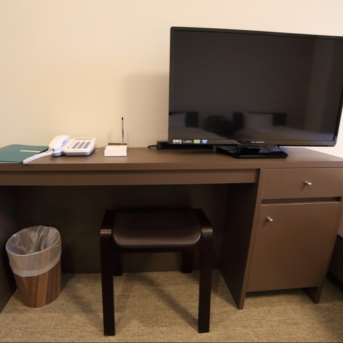全室に液晶テレビを設置しています。ミニデスクもございますので、ビジネスにもうれしい仕様です。