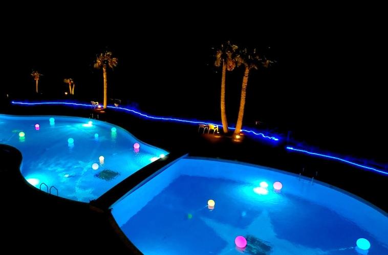 夜のプールはライトアップされて、とても幻想的に