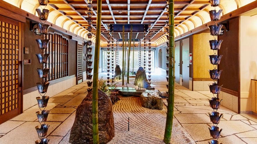 エントランスを入ると禅寺の石庭をイメージした庭園がひろがります。