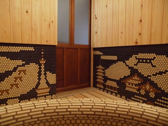 【1階浴室】岐阜多治見のタイルを用いて京都の風景が描かれております。