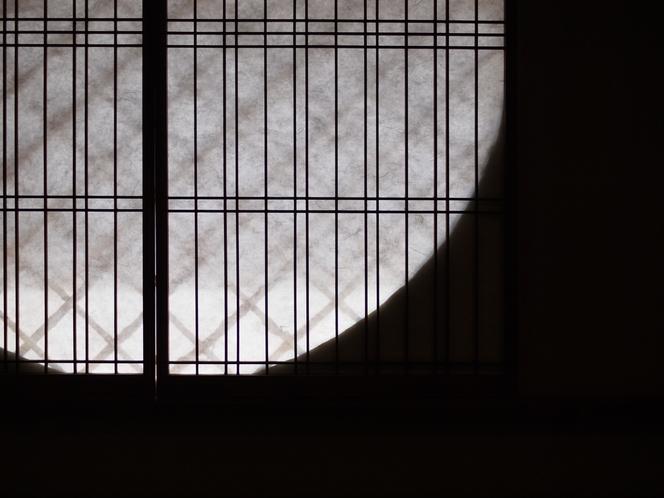 【1階居間】丸窓の陰影